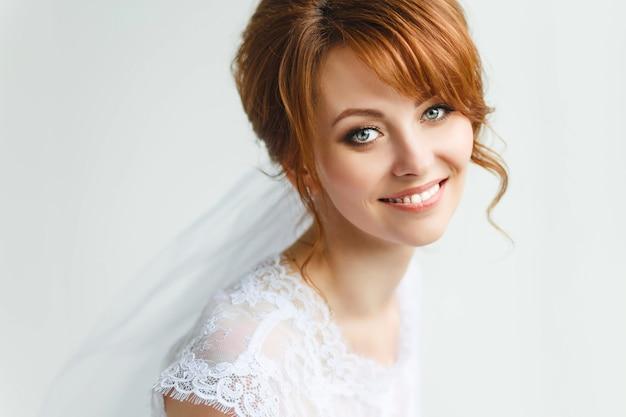Belle jeune mariée avec le maquillage de mariage