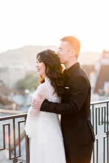 Belle jeune mariée et le marié asiatique sur la promenade de mariage