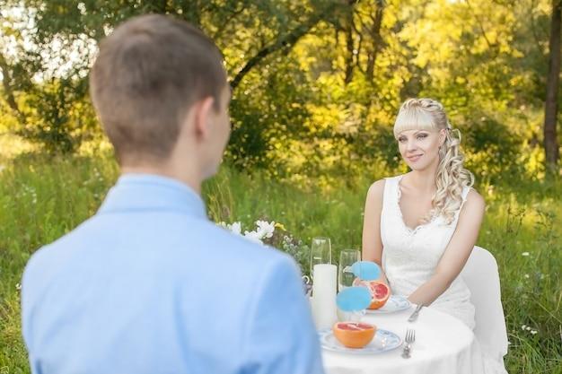 Belle jeune mariée sur la nature en été