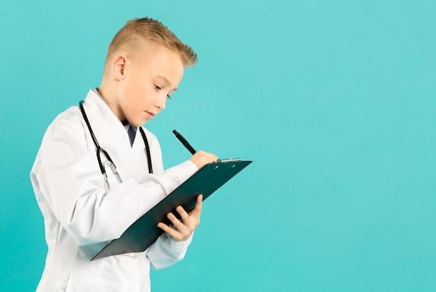 Belle jeune médecin écrit copie espace