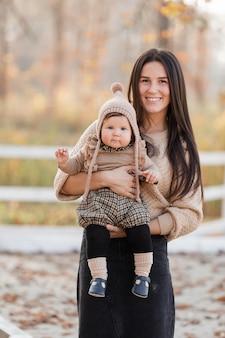 Belle jeune mère jouant avec sa fille dans le parc