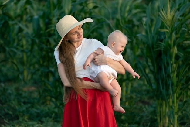 Belle jeune mère tient enfant en bas âge