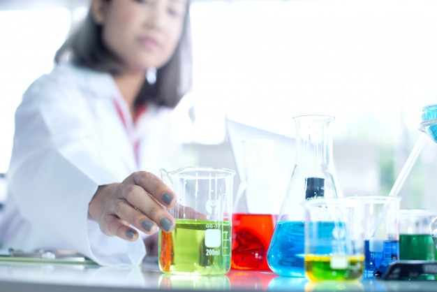 Belle jeune scientifique travaillant au laboratoire, mise au point sélective