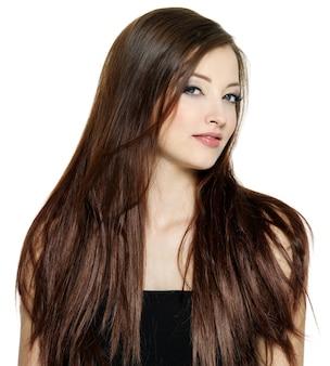 Belle jolie femme aux longs cheveux raides sur blanc