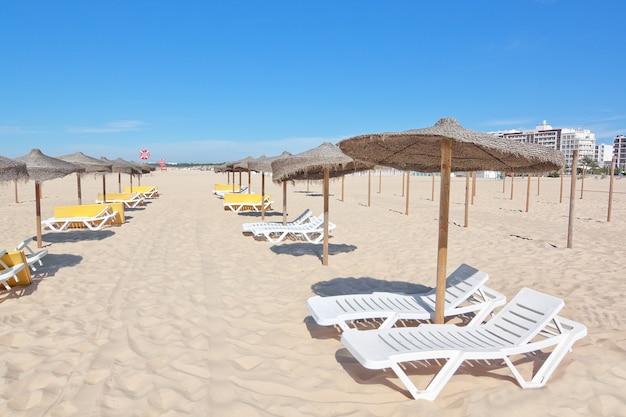 Une belle journée d'été à la plage en vacances pour se détendre.