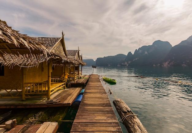 Belle journée de vacances dans le parc national de khao sok, suratthani, thaïlande
