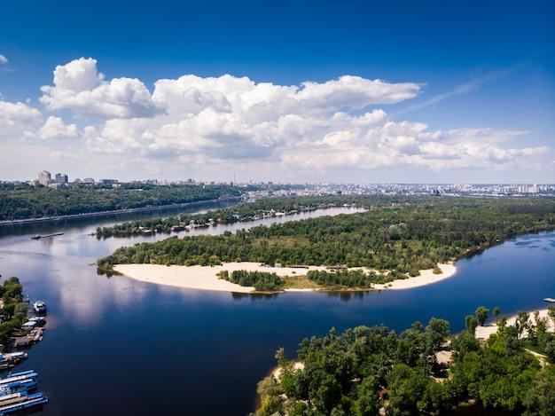 Belle kiev. rivière et nature à l'intérieur de la ville