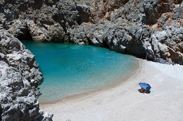 Belle lagune sur l'île de cythère, grèce.