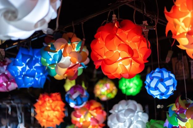 Belle lampe lanterne décorée de stands de rue, ampoules dans un salon vintage, colorf