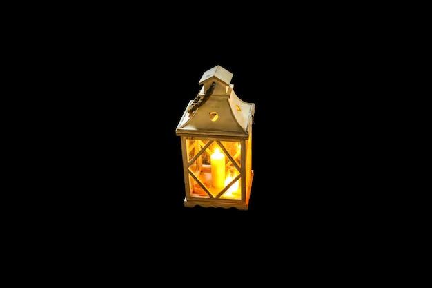 Belle lanterne isolée sur fond noir.
