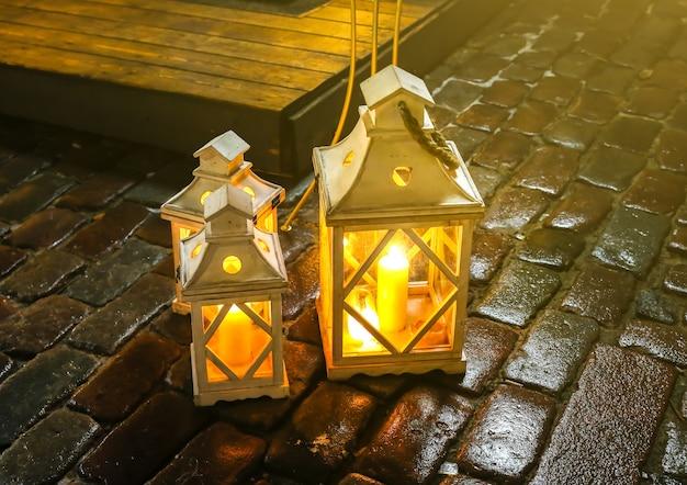 Belle lanterne s'allume à l'extérieur. idées de décorations de noël.