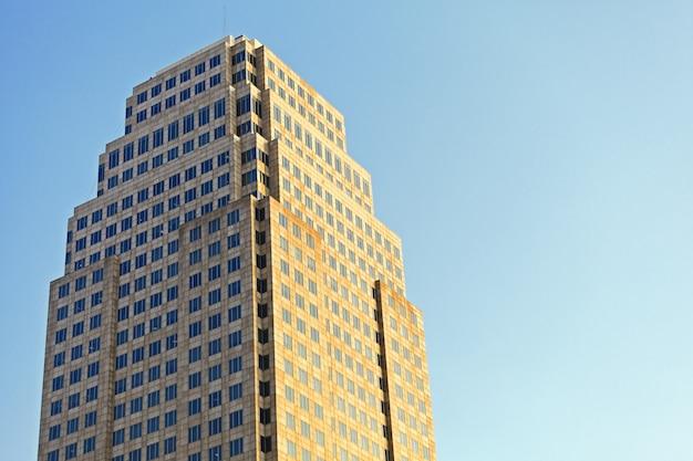 Belle lumière du soleil sur l'immeuble de bureaux