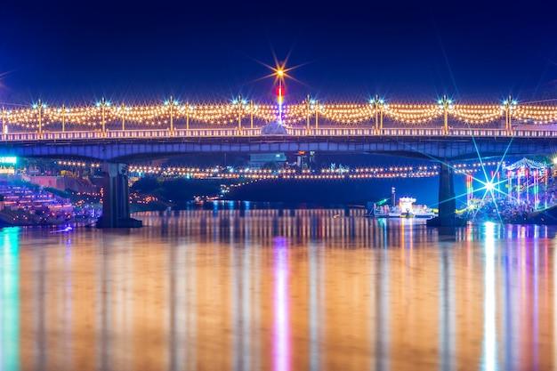 Belle lumière sur la rivière nan la nuit sur le pont