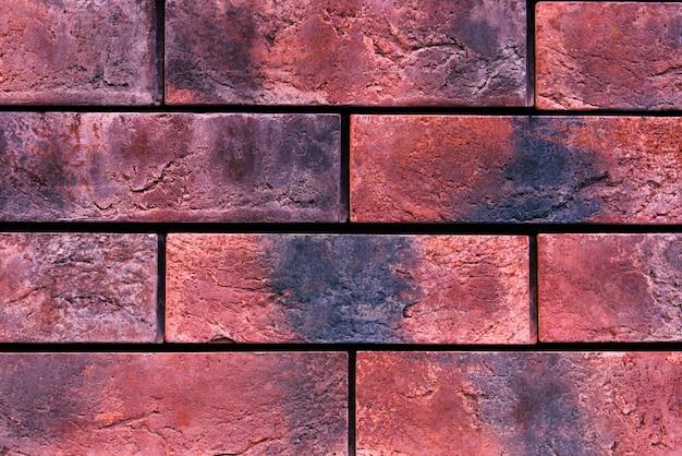 Belle maçonnerie de briques rouges à la maison dans la rue
