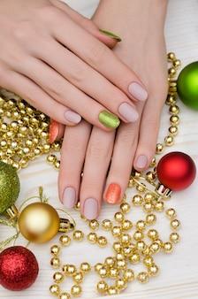 Belle main féminine avec la conception des ongles bleus