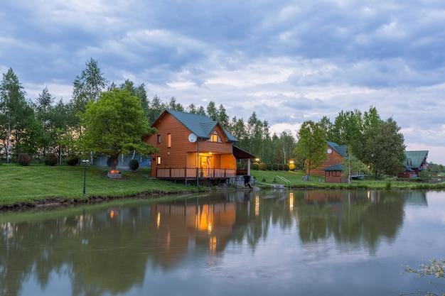 Belle maison au bord du lac en forêt