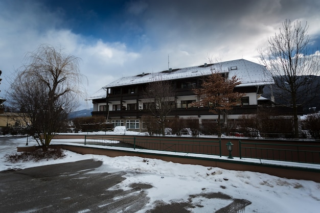 Belle maison en bois autrichienne traditionnelle dans les alpes couvertes de neige