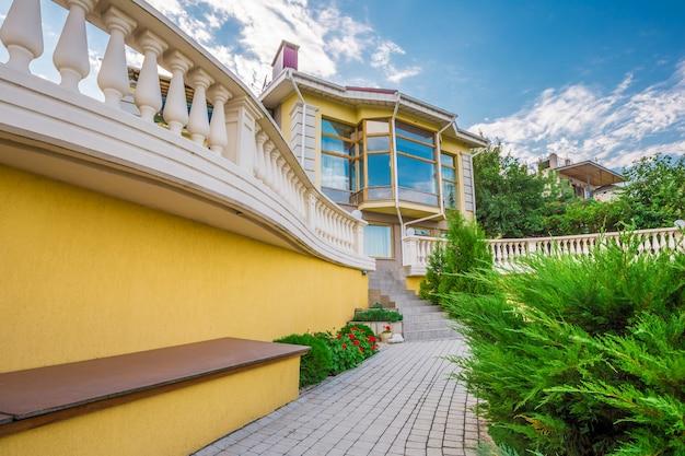 Belle maison avec pelouse