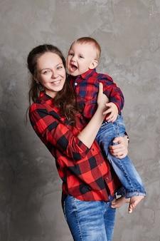 Belle maman et fils étreignant ensemble, famille s'amusant portrait de fils et femme, mère aimante et son portrait d'enfant, enfants et parents, parentalité.