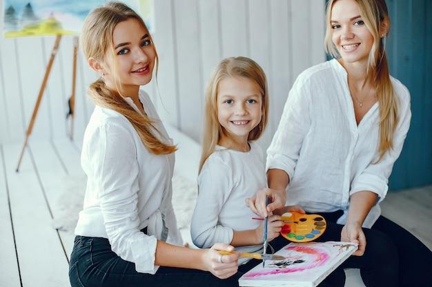 Belle maman et sa fille dessinent