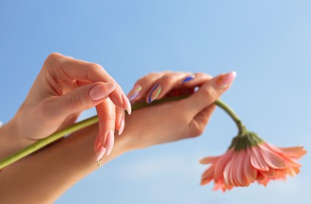 Belle manucure sur les mains féminines