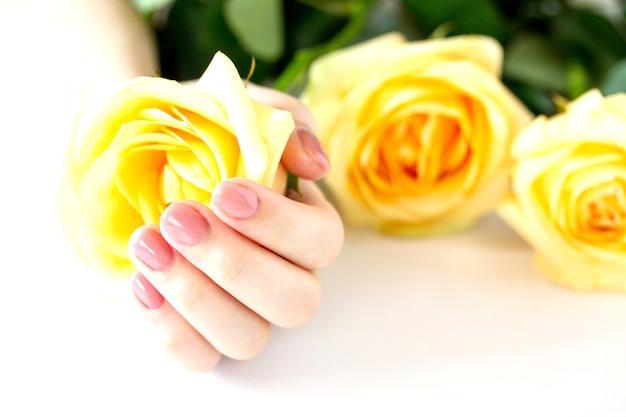 Belle manucure womans ongles avec vernis rose isolé soins des ongles manucure salon de beauté