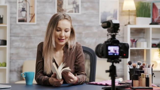 Belle maquilleuse enregistrant un vlog pour les adeptes. utilisation d'équipements professionnels pour l'enregistrement