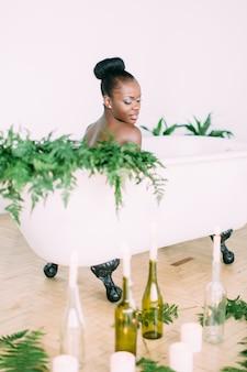 Belle mariée afro-américaine dans un bain décoré