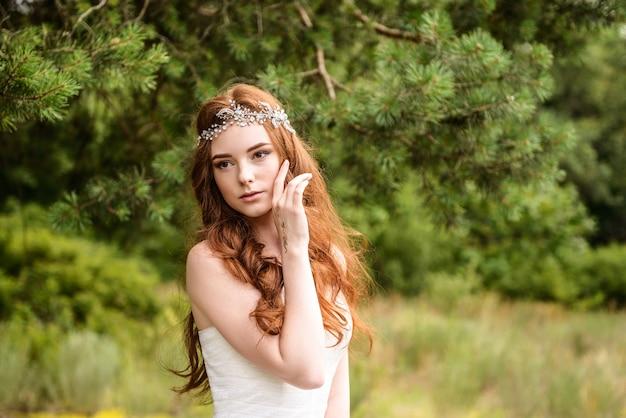 Belle mariée aux cheveux roux dans le portrait de la forêt