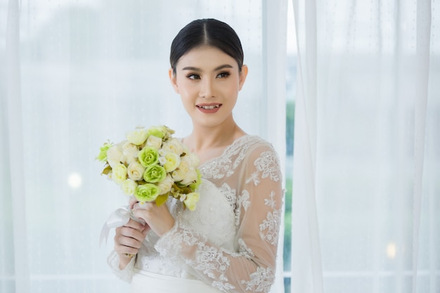 Belle mariée avec bouquet de fleurs de mariage