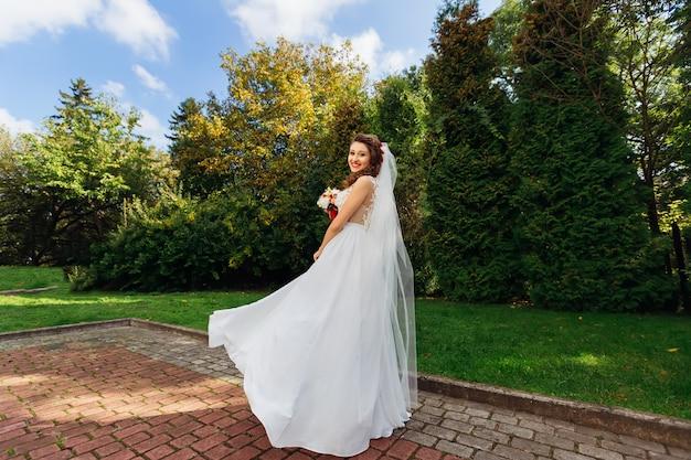 Belle mariée avec bouquet de mariée en mariage élégant