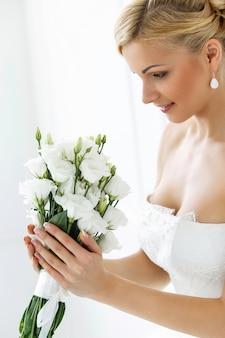 Belle mariée avec bouquet