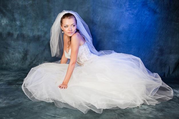 Belle mariée avec coiffure à la mode et maquillage en studio