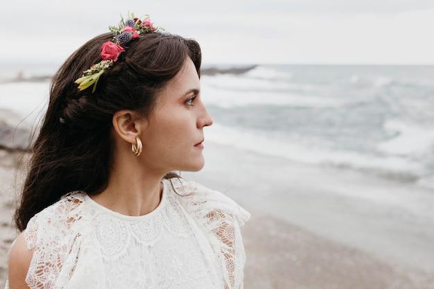 Belle mariée avec couronne de fleurs