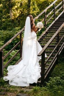 Une belle mariée dans les escaliers