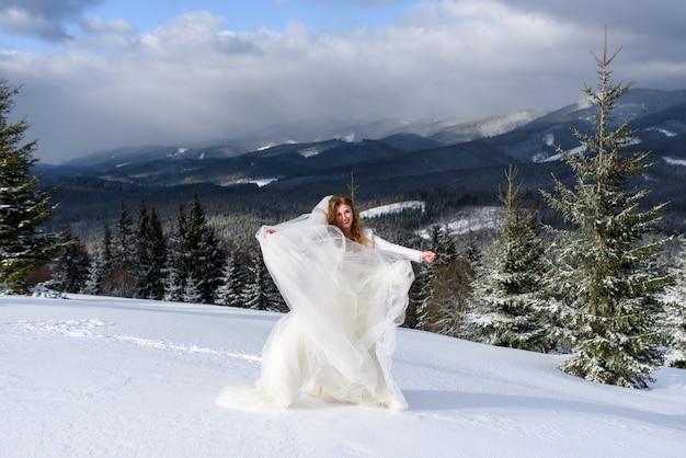 Belle mariée dans une forêt enneigée