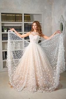Belle mariée dans une longue robe de mariée