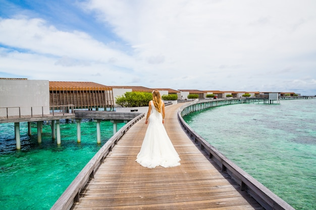 Belle mariée dans une robe blanche aux maldives