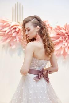 Belle mariée dans une robe de mariée chère