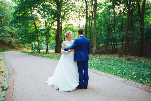 Belle mariée dans une robe de mariée luxueuse et élégante mariée en smoking