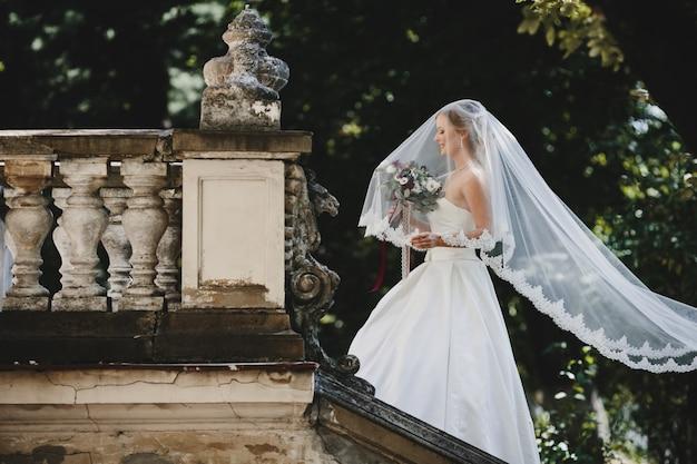 La belle mariée est sur la chaise