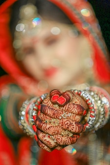 Belle mariée indienne portant un sari et des bijoux dorés au mariage indien