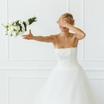 Belle mariée jetant un bouquet