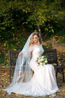 Belle mariée avec un long voile assis