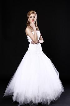 Belle mariée sur mur noir