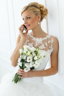 Belle mariée parlant avec le téléphone
