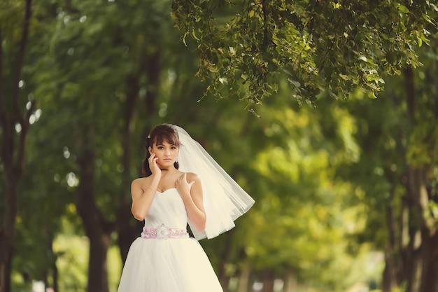 Belle mariée en plein air dans une forêt