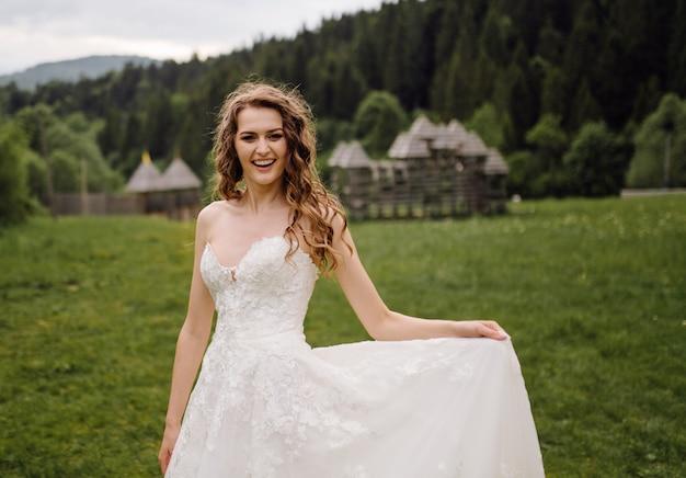 Une belle mariée portant une robe de mariée