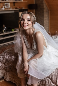 Belle mariée portrait maquillage et coiffure de mariage. portrait de mariée heureuse souriante
