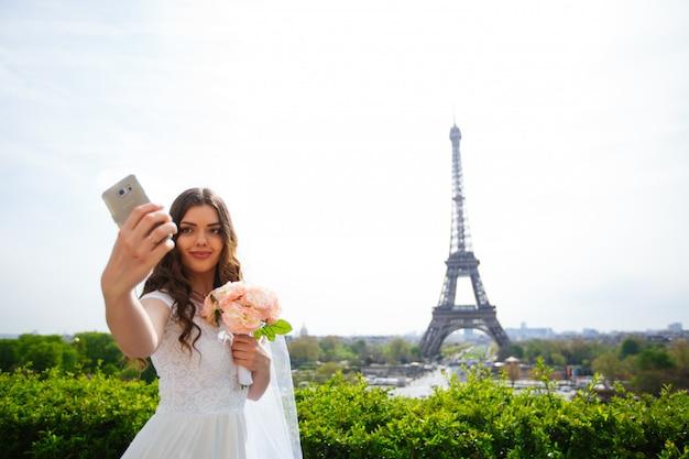 Belle mariée prenant un selfie à paris